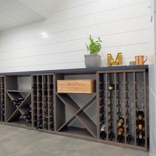 Foto de bodega de estilo de casa de campo, pequeña, con suelo de cemento, botelleros y suelo gris