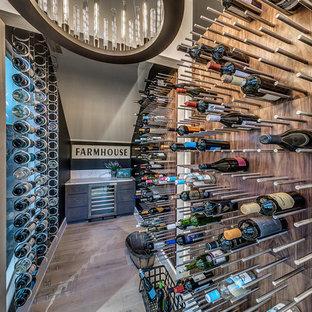 Landhaus Weinkeller mit hellem Holzboden und Kammern in Oklahoma City
