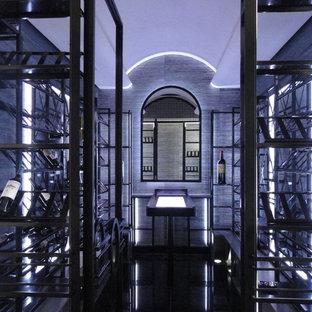 Diseño de bodega minimalista, de tamaño medio, con vitrinas expositoras, suelo negro y suelo de baldosas de porcelana