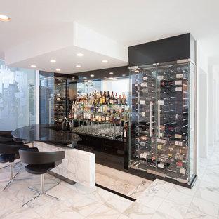Ejemplo de bodega moderna, grande, con suelo de mármol, vitrinas expositoras y suelo blanco