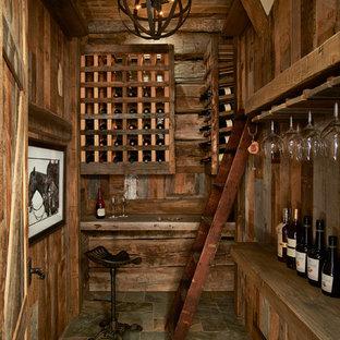 デンバーのラスティックスタイルのおしゃれなワインセラー (スレートの床、ワインラック) の写真