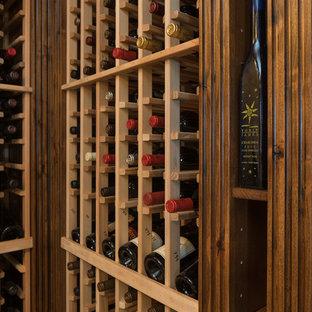 フェニックスの巨大なサンタフェスタイルのおしゃれなワインセラーの写真