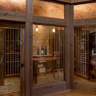 Cette photo montre une cave à vin sud-ouest américain de taille moyenne avec un sol en carrelage de porcelaine et des casiers.
