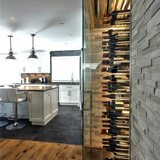 Inspiration för små moderna vinkällare, med klinkergolv i keramik och vindisplay