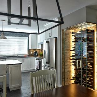 Exemple d'une petit cave à vin moderne avec un sol en carrelage de céramique et un présentoir.