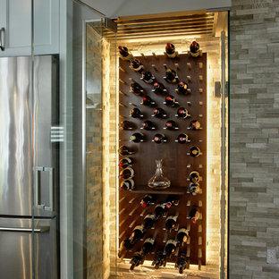 Inspiration för en liten funkis vinkällare, med klinkergolv i keramik och vindisplay