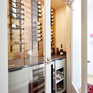 Ejemplo de bodega tradicional renovada, pequeña, con suelo de madera en tonos medios, vitrinas expositoras y suelo marrón