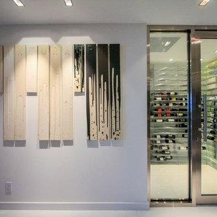 Ispirazione per una cantina moderna di medie dimensioni con portabottiglie a vista e pavimento bianco