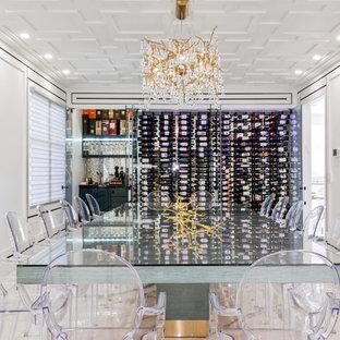 Diseño de bodega minimalista, de tamaño medio, con suelo de mármol, vitrinas expositoras y suelo blanco