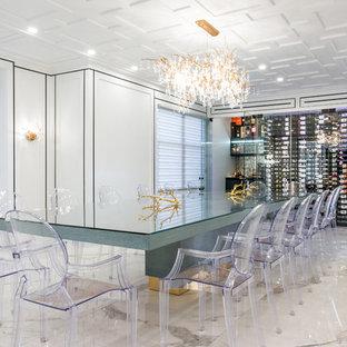 Immagine di una cantina design di medie dimensioni con pavimento in marmo, portabottiglie a vista e pavimento bianco