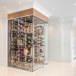 Aménagement d'une cave à vin moderne de taille moyenne avec un présentoir et un sol beige.