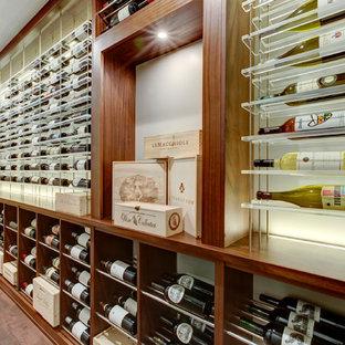 Inspiration pour une cave à vin minimaliste de taille moyenne avec un sol en vinyl, un présentoir et un sol marron.