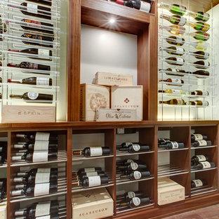 Modelo de bodega minimalista, de tamaño medio, con suelo vinílico, vitrinas expositoras y suelo marrón