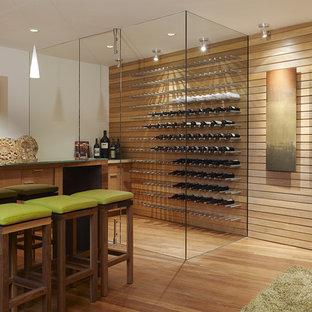 Bild på en funkis vinkällare, med orange golv