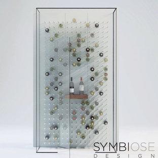 Bild på en stor funkis vinkällare, med vindisplay