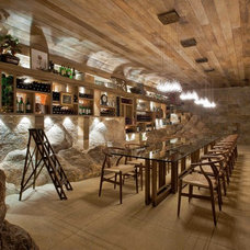 Rustic Wine Cellar by Eduarda Correa Arquitetura & Interiores
