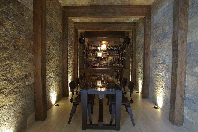 Rustic Wine Cellar by Eduarda Correa Arquitetura & Interiores