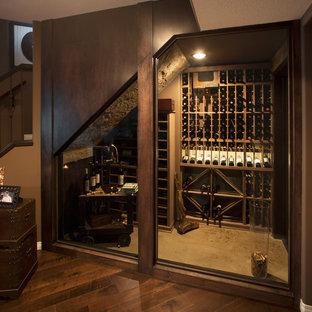 Aménagement d'une cave à vin éclectique.