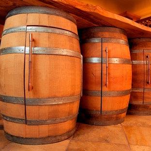Ejemplo de bodega rural, grande, con suelo de pizarra y botelleros