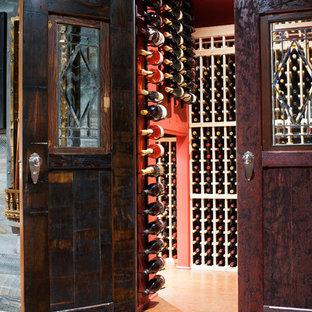 Imagen de bodega clásica, pequeña, con suelo de corcho y botelleros