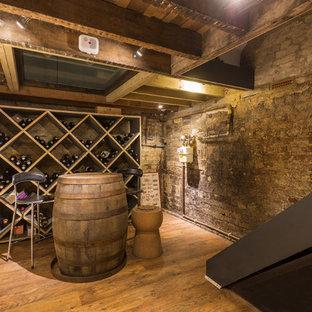 Foto di una cantina classica di medie dimensioni con parquet chiaro, portabottiglie a scomparti romboidali e pavimento marrone
