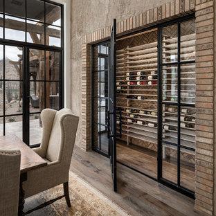 Foto de bodega minimalista, extra grande, con suelo de madera en tonos medios, botelleros y suelo marrón