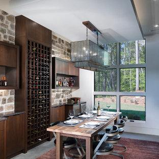 Exempel på en mellanstor modern vinkällare, med betonggolv, vinhyllor och grått golv