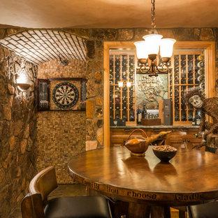 Esempio di una cantina rustica con rastrelliere portabottiglie