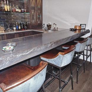 Foto de bodega romántica, de tamaño medio, con suelo de madera en tonos medios y vitrinas expositoras