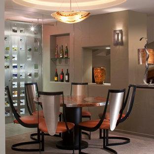Cette photo montre une très grand cave à vin tendance avec moquette, des casiers et un sol beige.