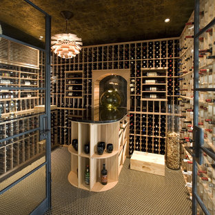 Exempel på en modern vinkällare, med vinhyllor och flerfärgat golv