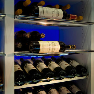 Cette photo montre une cave à vin tendance de taille moyenne avec un sol en carrelage de porcelaine et un présentoir.
