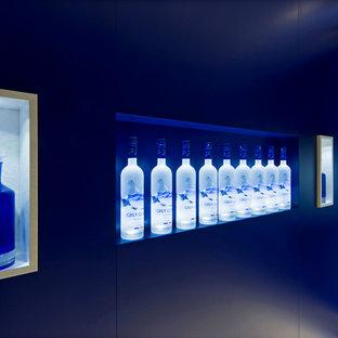 Inspiration pour une cave à vin design de taille moyenne avec un sol en carrelage de porcelaine et un présentoir.