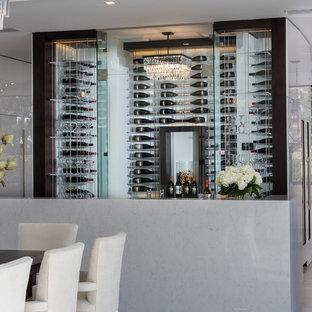 Idéer för en mellanstor modern vinkällare, med ljust trägolv och vindisplay