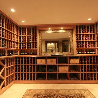 Ejemplo de bodega clásica, de tamaño medio, con botelleros, suelo beige y suelo de travertino