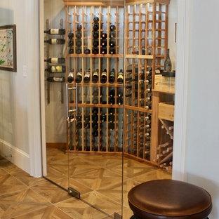 Bild på en vintage vinkällare, med plywoodgolv, vinhyllor och brunt golv