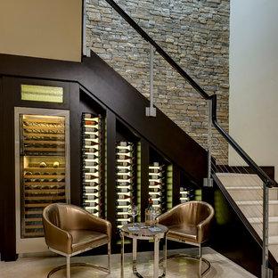 Kleiner Klassischer Weinkeller mit waagerechter Lagerung und beigem Boden in Orlando