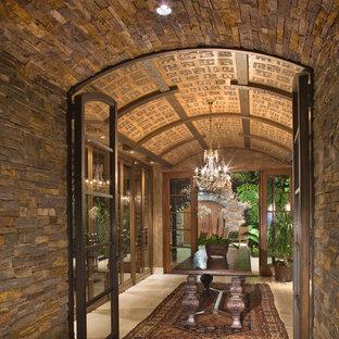 Diseño de bodega contemporánea, extra grande, con suelo de piedra caliza, vitrinas expositoras y suelo beige