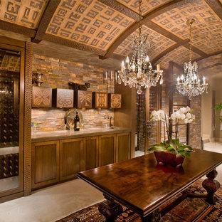 オレンジカウンティの巨大な地中海スタイルのおしゃれなワインセラー (ライムストーンの床、ディスプレイラック、ベージュの床) の写真