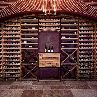ロサンゼルスの中くらいのヴィクトリアン調のおしゃれなワインセラー (セラミックタイルの床、ワインラック) の写真