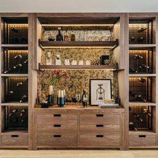 Aménagement d'une cave à vin contemporaine avec un sol en bois clair et des casiers.