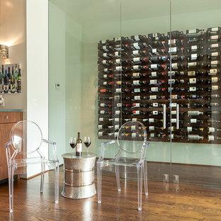 Inredning av en modern mellanstor vinkällare, med mörkt trägolv, vindisplay och brunt golv
