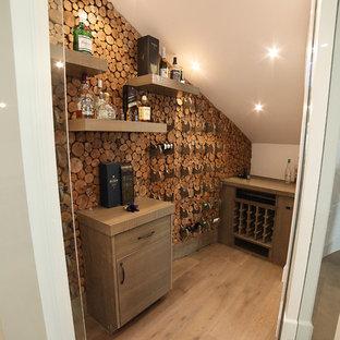 Inspiration för små retro vinkällare, med mellanmörkt trägolv och brunt golv