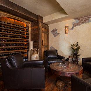 Cette image montre une cave à vin chalet avec un sol en bois foncé, des casiers et un sol orange.