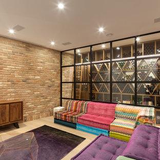 ロンドンのエクレクティックスタイルのおしゃれなワインセラー (淡色無垢フローリング、ディスプレイラック) の写真
