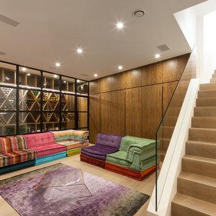 Mittelgroßer Stilmix Weinkeller mit hellem Holzboden und waagerechter Lagerung in London