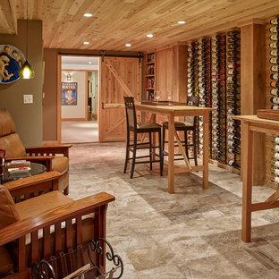Idéer för en klassisk vinkällare, med travertin golv, vindisplay och grått golv