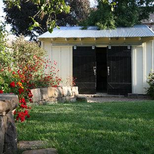 Immagine di una piccola cantina country con pavimento in cemento e rastrelliere portabottiglie