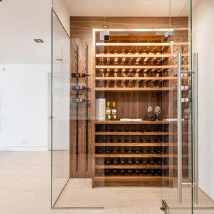Ejemplo de bodega contemporánea, de tamaño medio, con suelo de madera clara, botelleros y suelo marrón