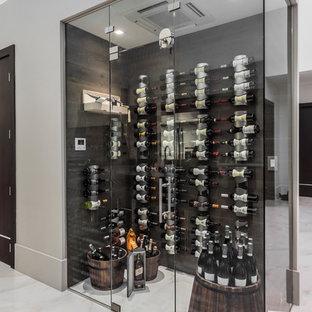 Inredning av en modern vinkällare, med vinhyllor, vitt golv och marmorgolv